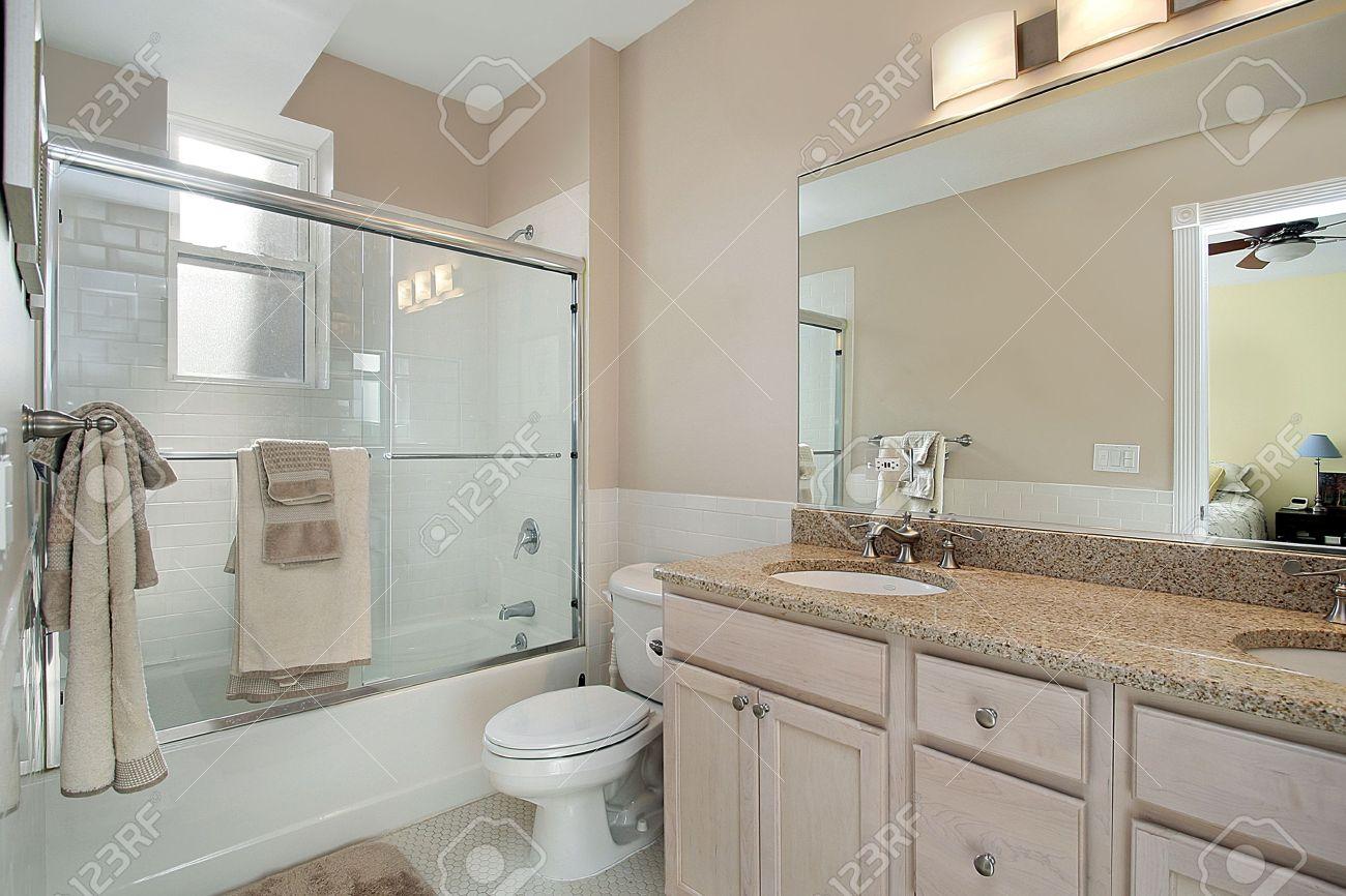 archivio fotografico bagno master in condominio con vetro doccia porta scorrevole