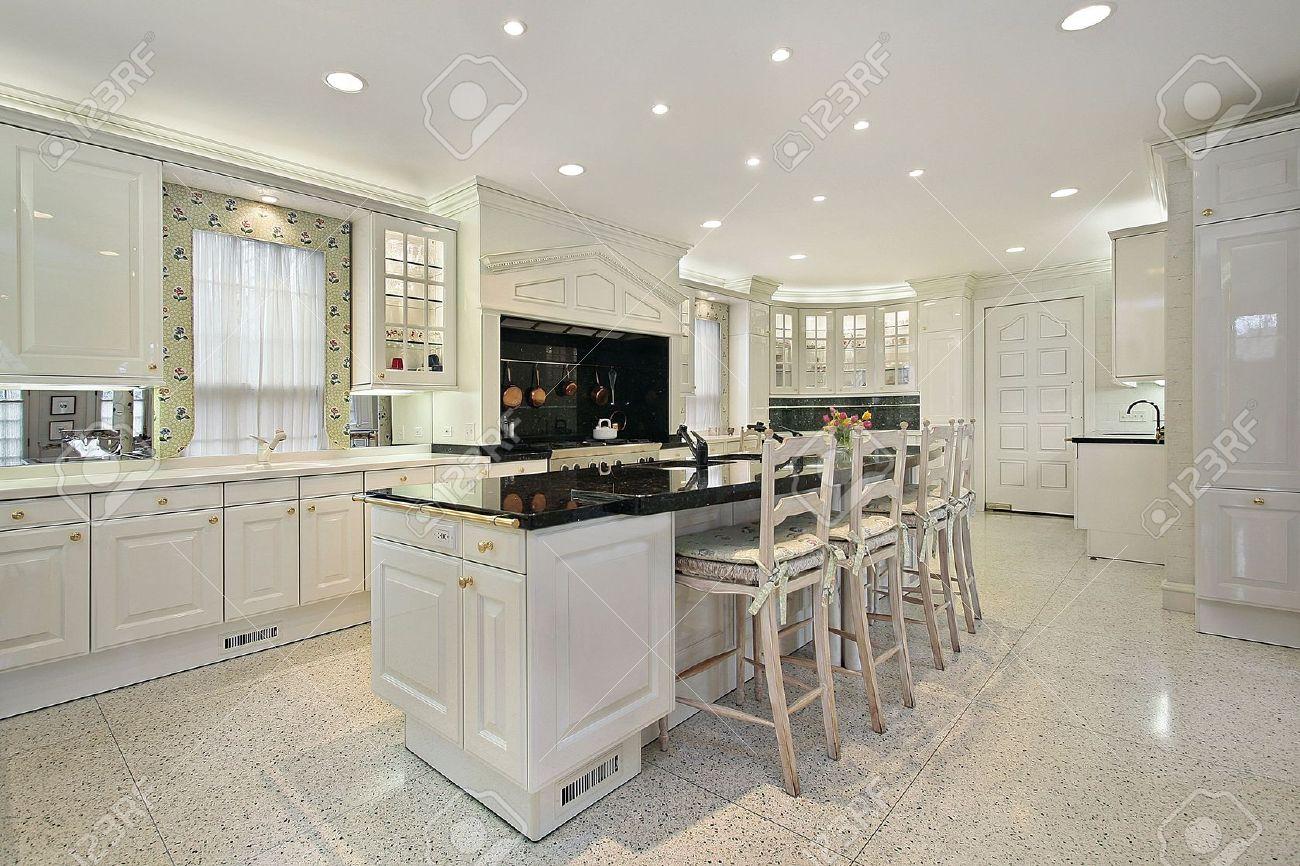 Cucina Di Lusso Casa Con Nero Isola Superiore Di Marmo Foto ...