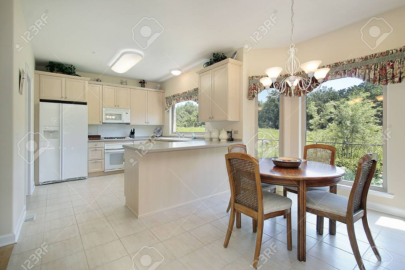 Immagini Stock - Cucina Con Vista Area E La Foresta Di Mangiare ...