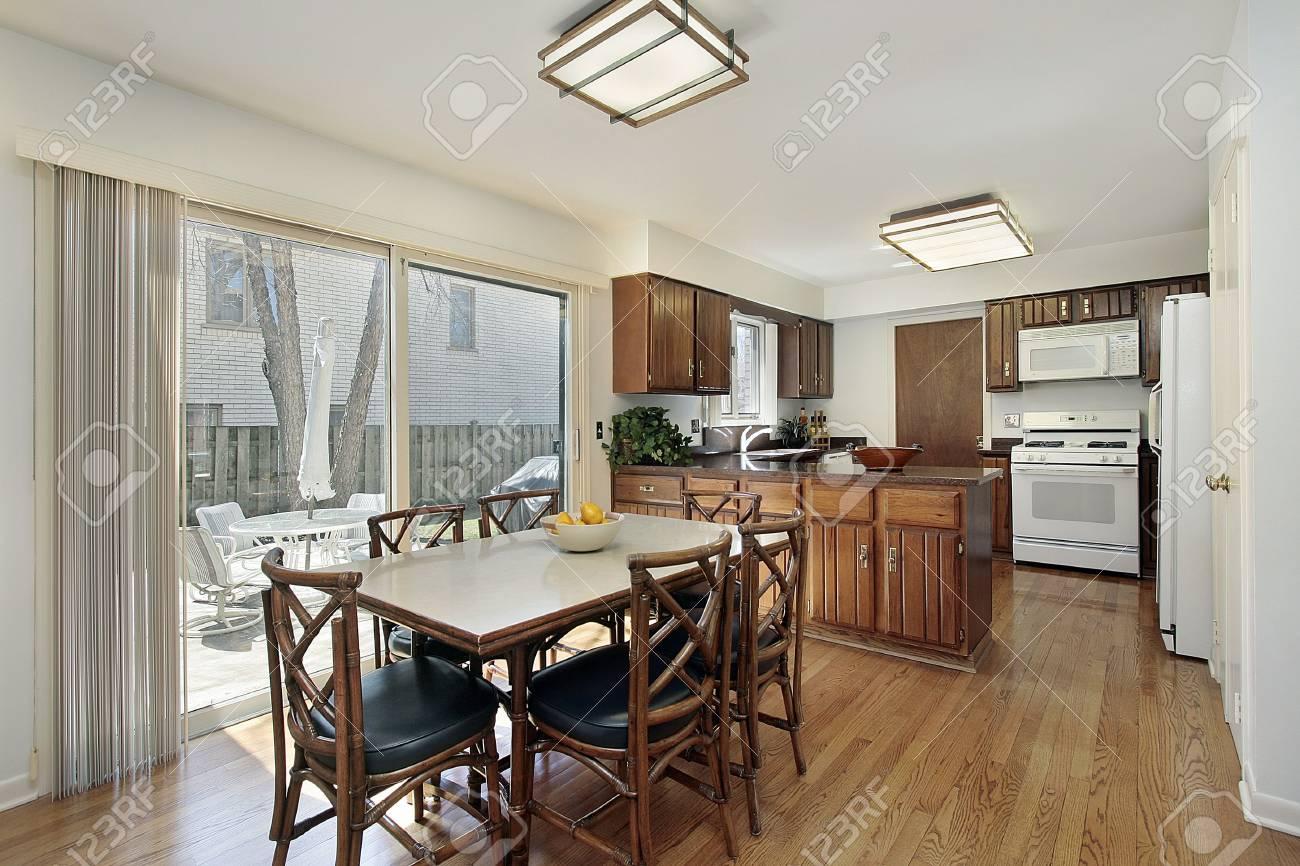 Cucina Con Vista E Cortile Di Mangiare Foto Royalty Free ...