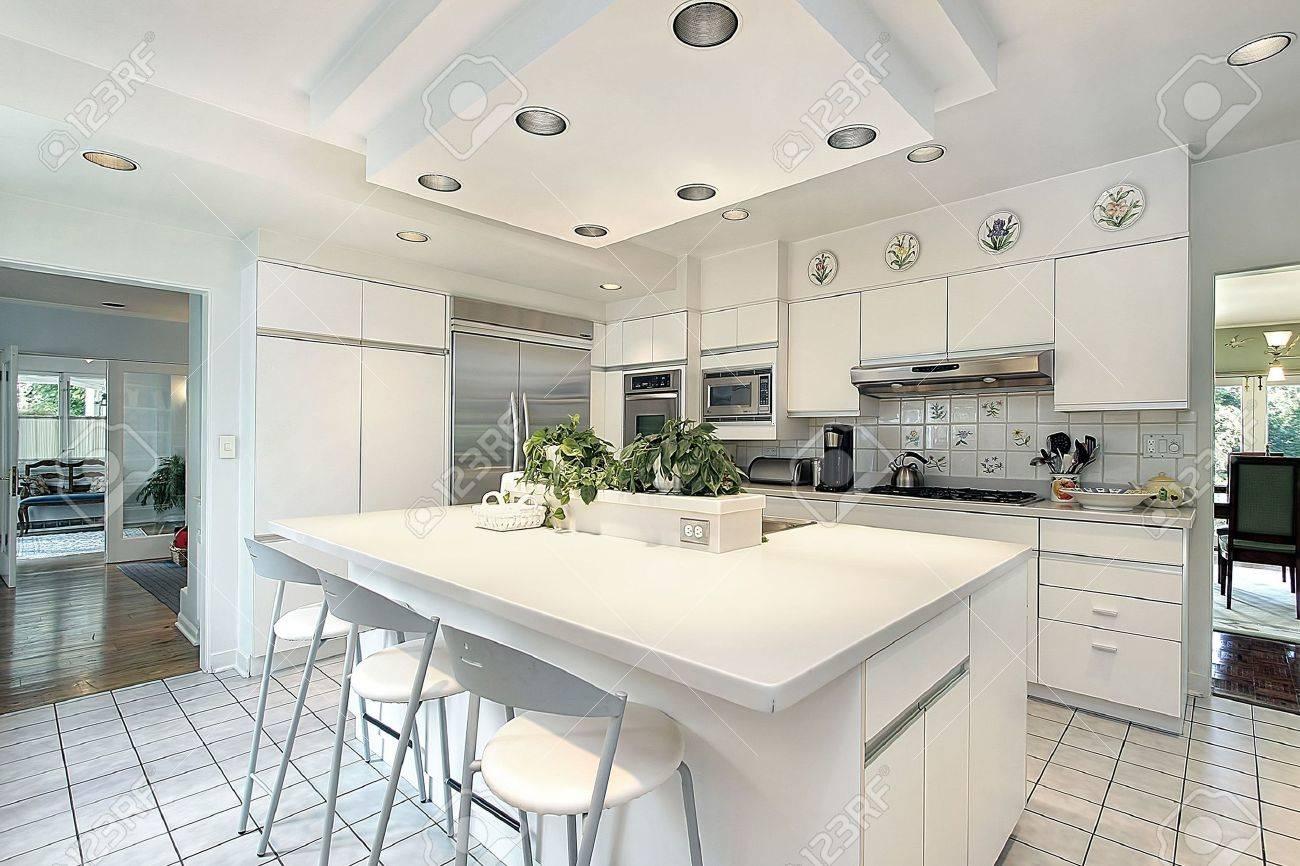 Cuisine maison moderne avec armoires blanc banque d'images et ...