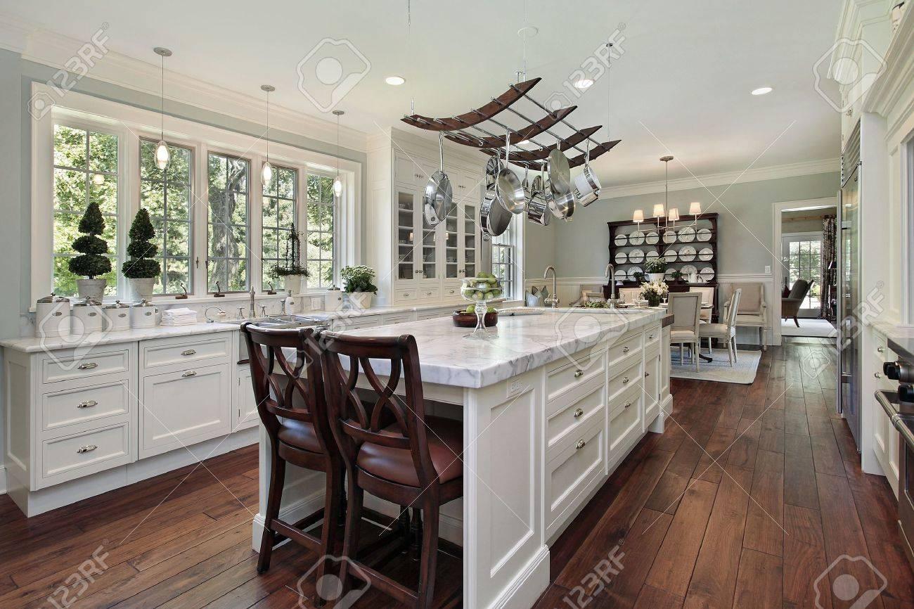 Küche Luxus Mit Weißen Granit Insel Home Lizenzfreie Fotos, Bilder ...