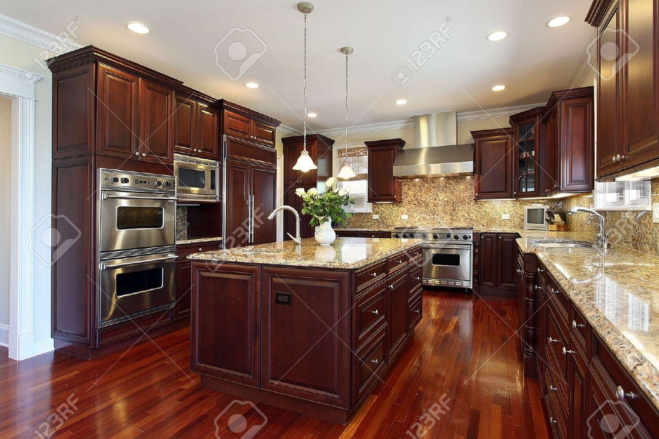 Cuisine de luxe maison avec armoires de bois cerisier banque d ...