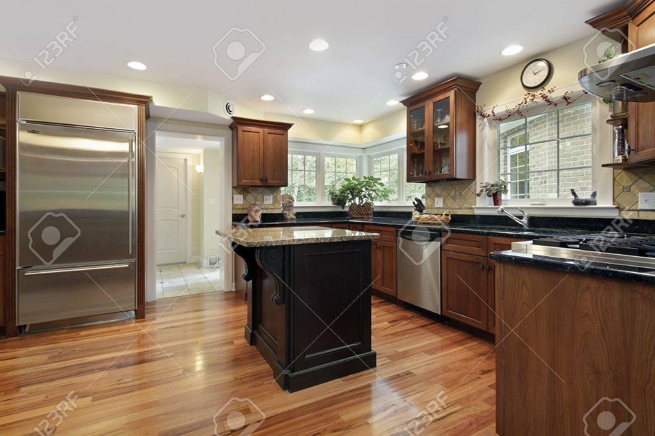 Küche Luxus Haus Mit Schwarz Und Granit-Insel Lizenzfreie Fotos ...