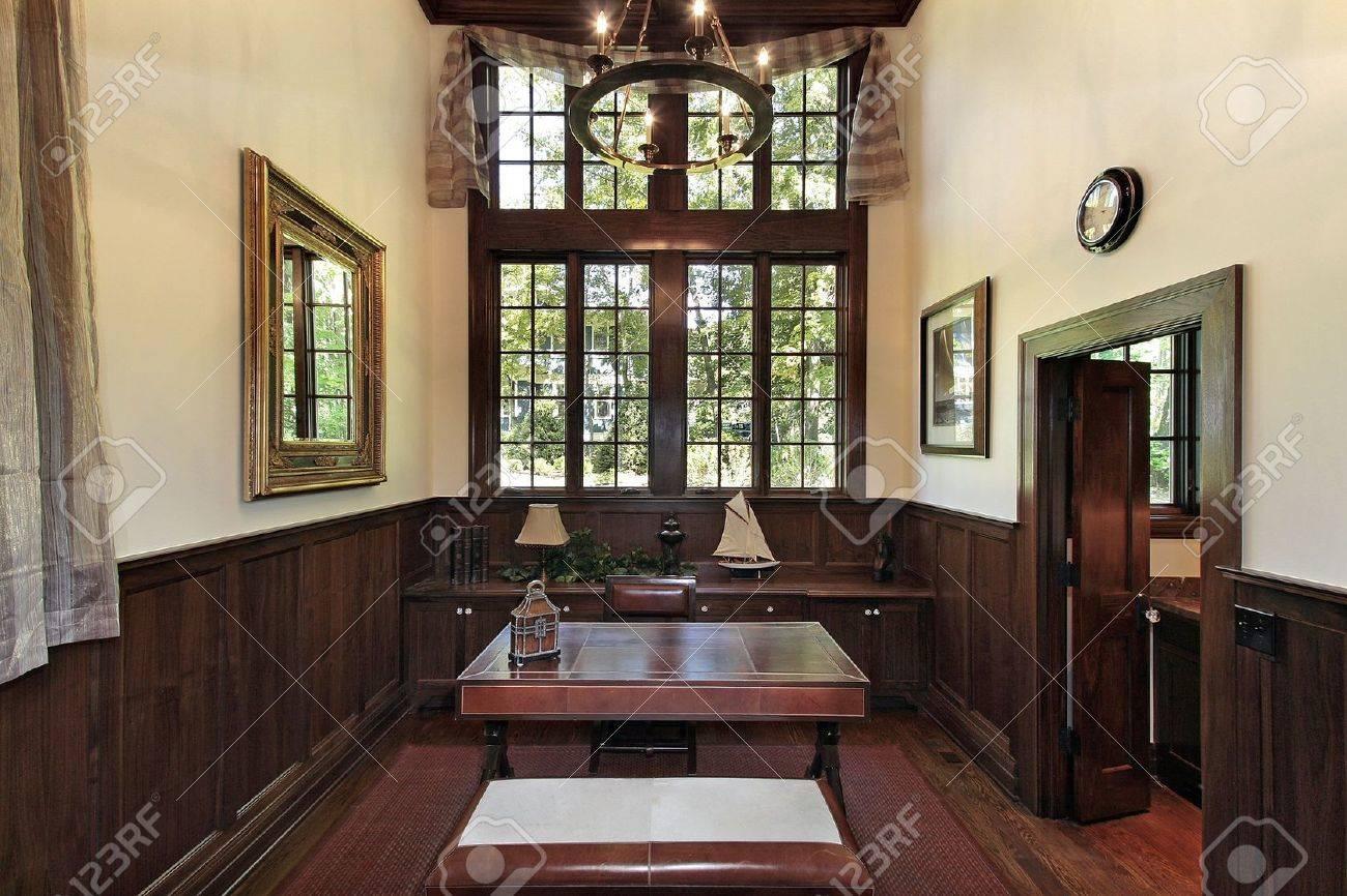 Bureau à la maison avec des panneaux de bois sombre de luxe banque d