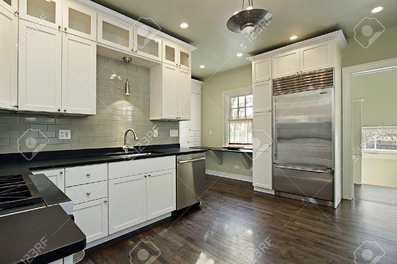 Küche in renovierten haus mit dunklen holzböden lizenzfreie fotos ...