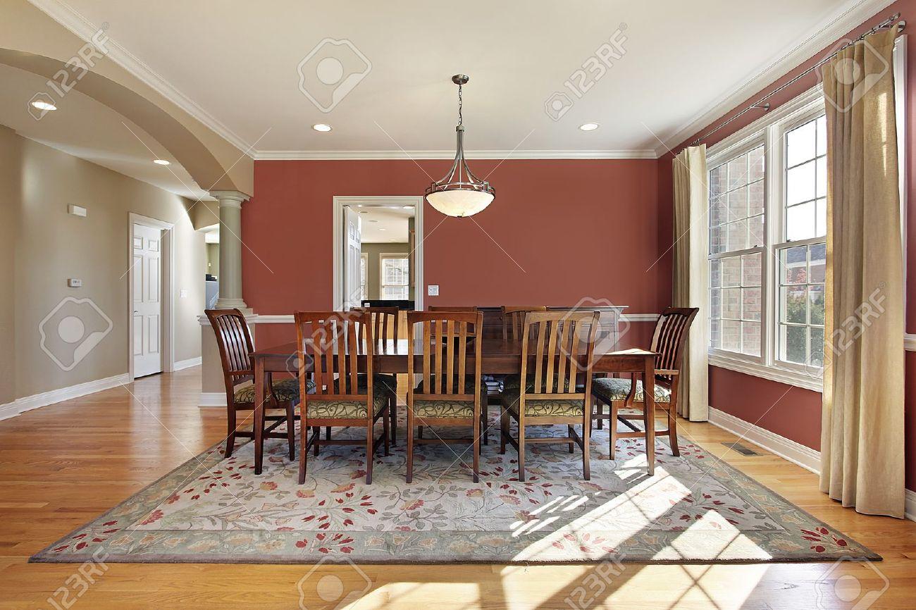 Comedor moderno con paredes de color salmón