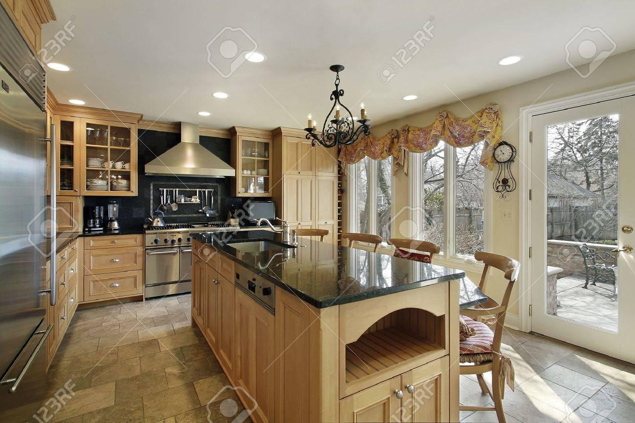 Cuisine de luxe maison avec armoires bois de chêne banque d'images ...