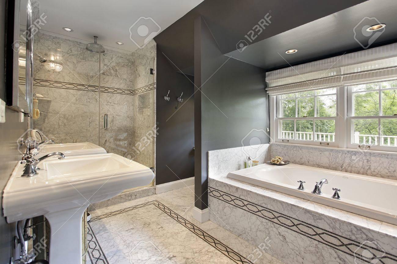 Moderne Master-Bad Mit Marmor Bodenbelag Und Glas-Dusche ...