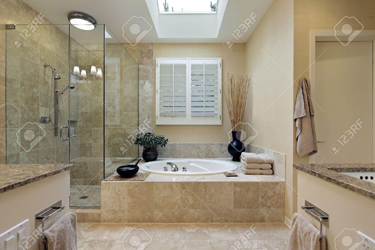 Luxus master Bad Mit Oberlicht über Badewanne Lizenzfreie Fotos ...
