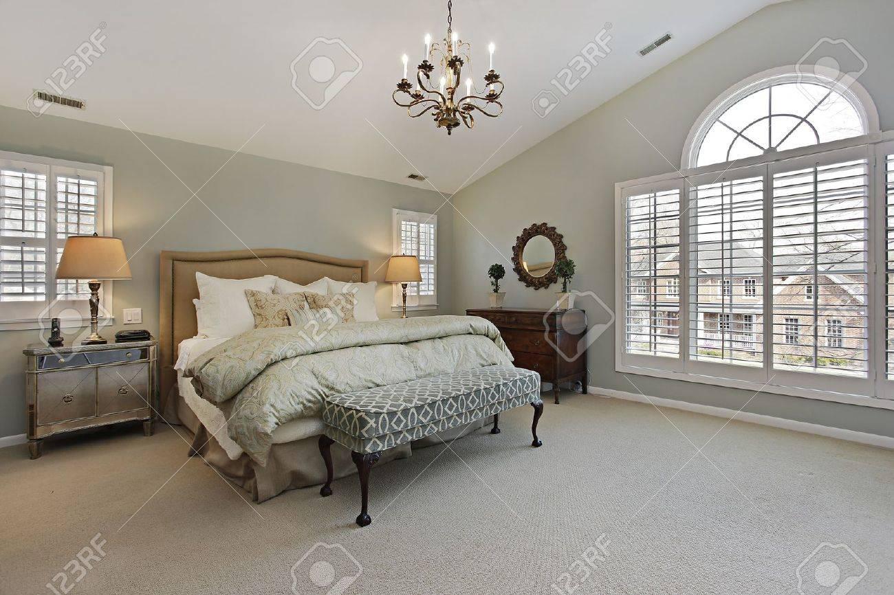 Master slaapkamer in luxe huis met circulaire venster royalty ...