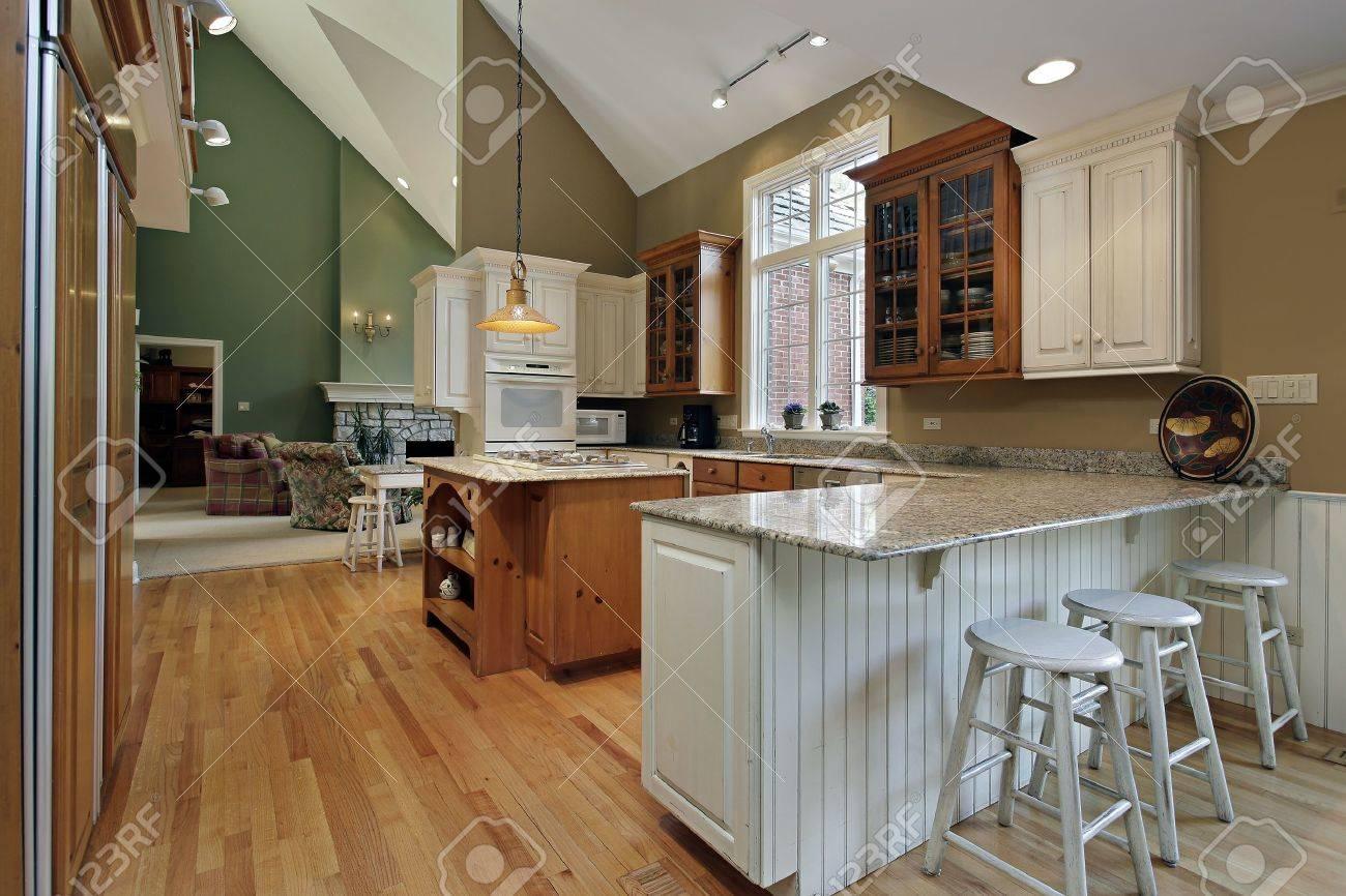 Kuche Im Luxus Haus Mit Holz Und Granit Insel Lizenzfreie Fotos