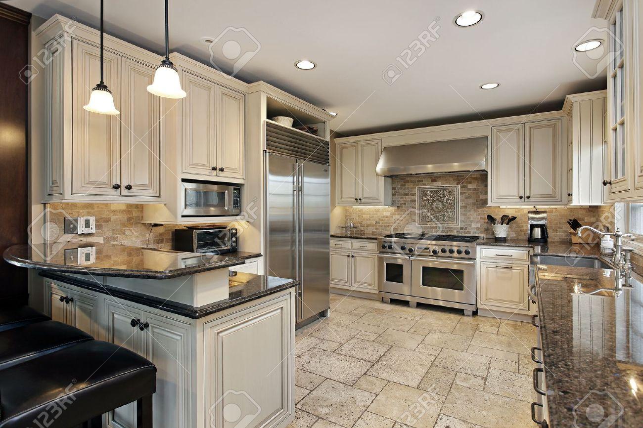 Upscale keuken in luxe huis met eetbar royalty vrije foto ...