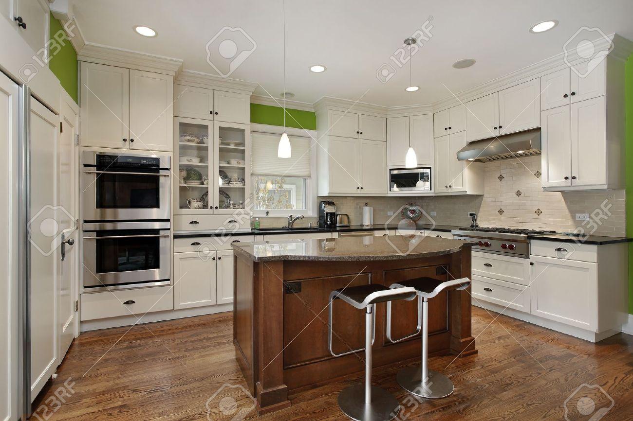 Luxus-Küche Mit Insel Und Weiße Mobiliar Lizenzfreie Fotos, Bilder ...