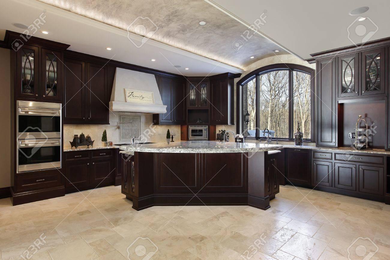 Große Küche In Luxusvilla Mit Dunklen Holz Schränke Lizenzfreie ...