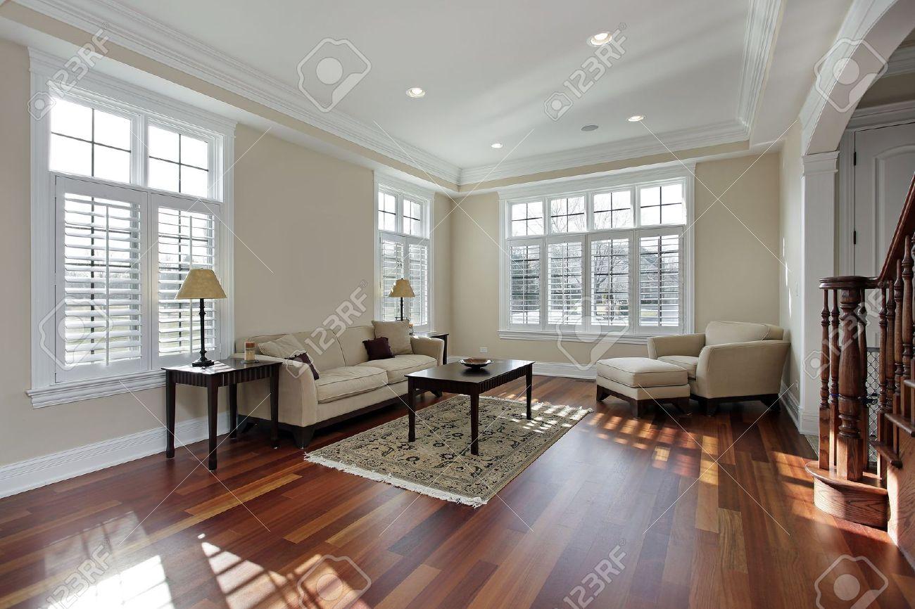 Wohnzimmer In Luxusvilla Mit Holzboden Kirsche Lizenzfreie Bilder