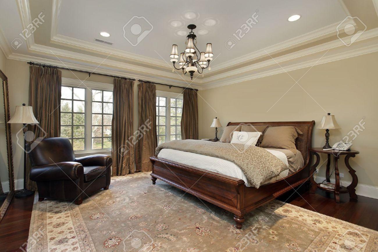 Master slaapkamer in luxe huis met lade plafond royalty vrije foto ...