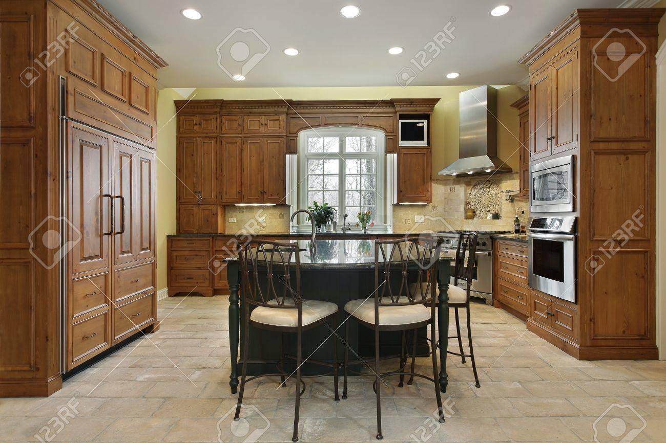 Küche In Luxus Zu Hause Mit Kochinsel Lizenzfreie Fotos, Bilder ...