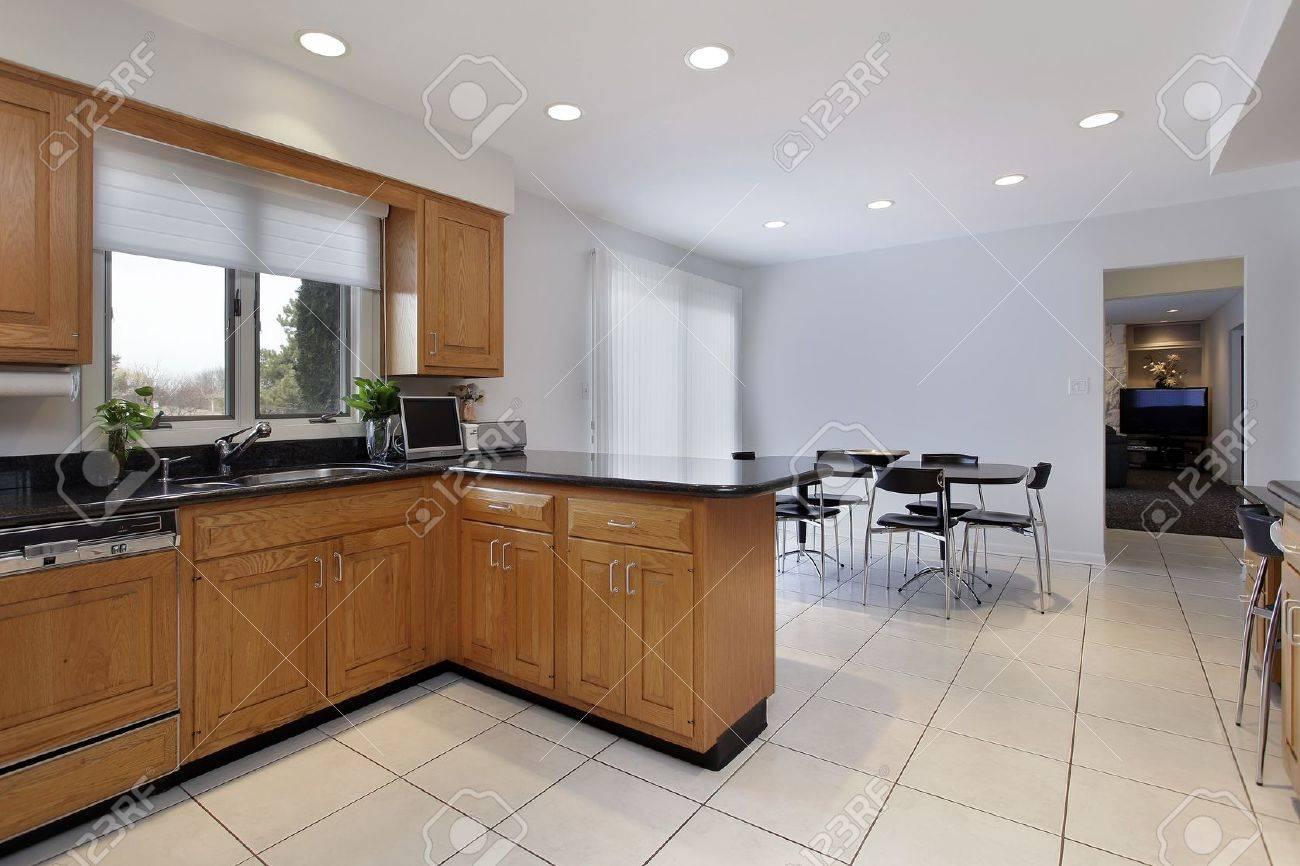 Cocina en hogar contemporáneo con zona de comedor grande