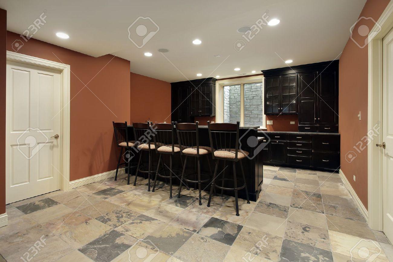 Bar en el sótano de la casa de lujo con muebles de madera oscura