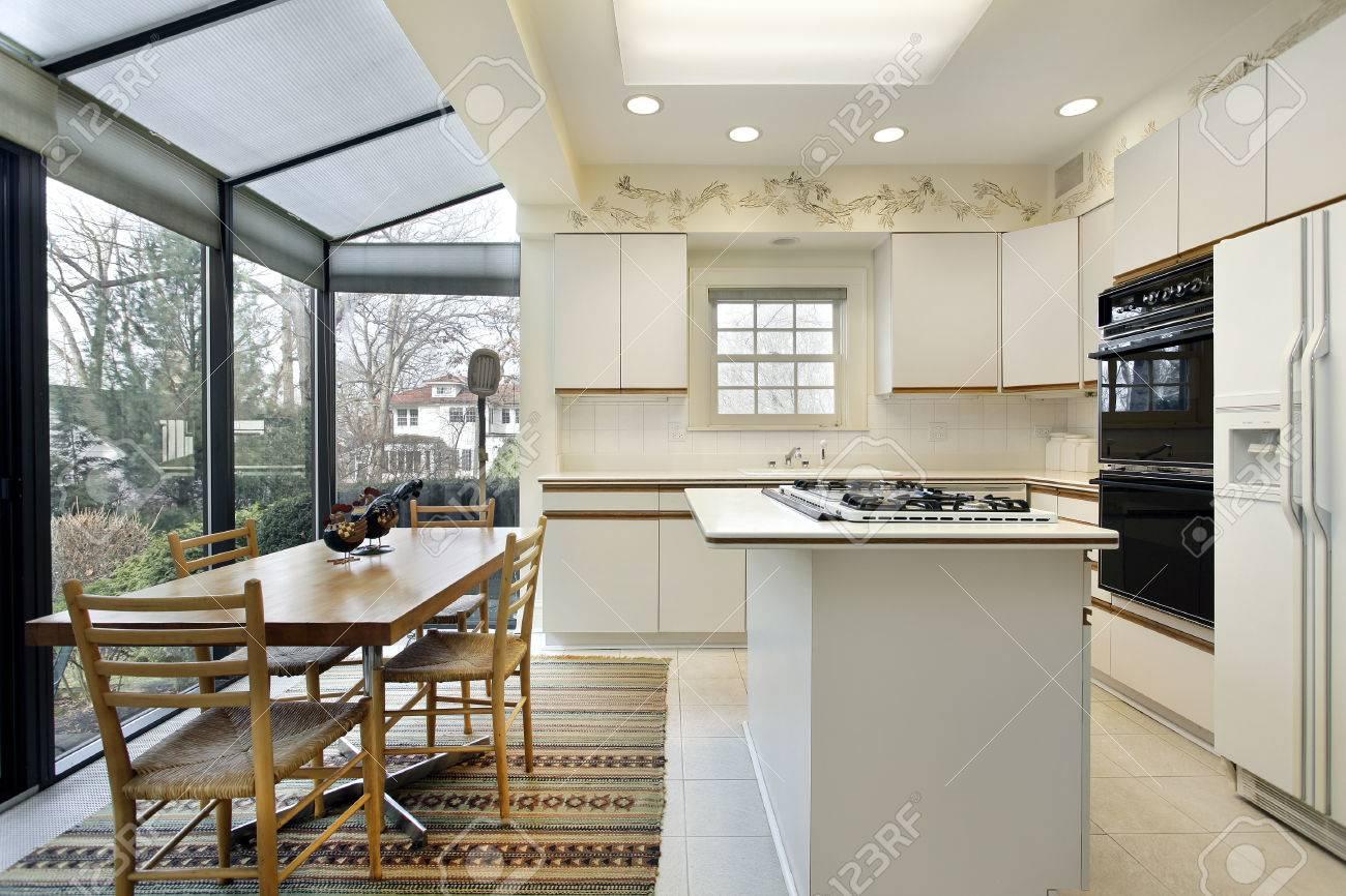 archivio fotografico cucina con isola e porte scorrevoli a patio