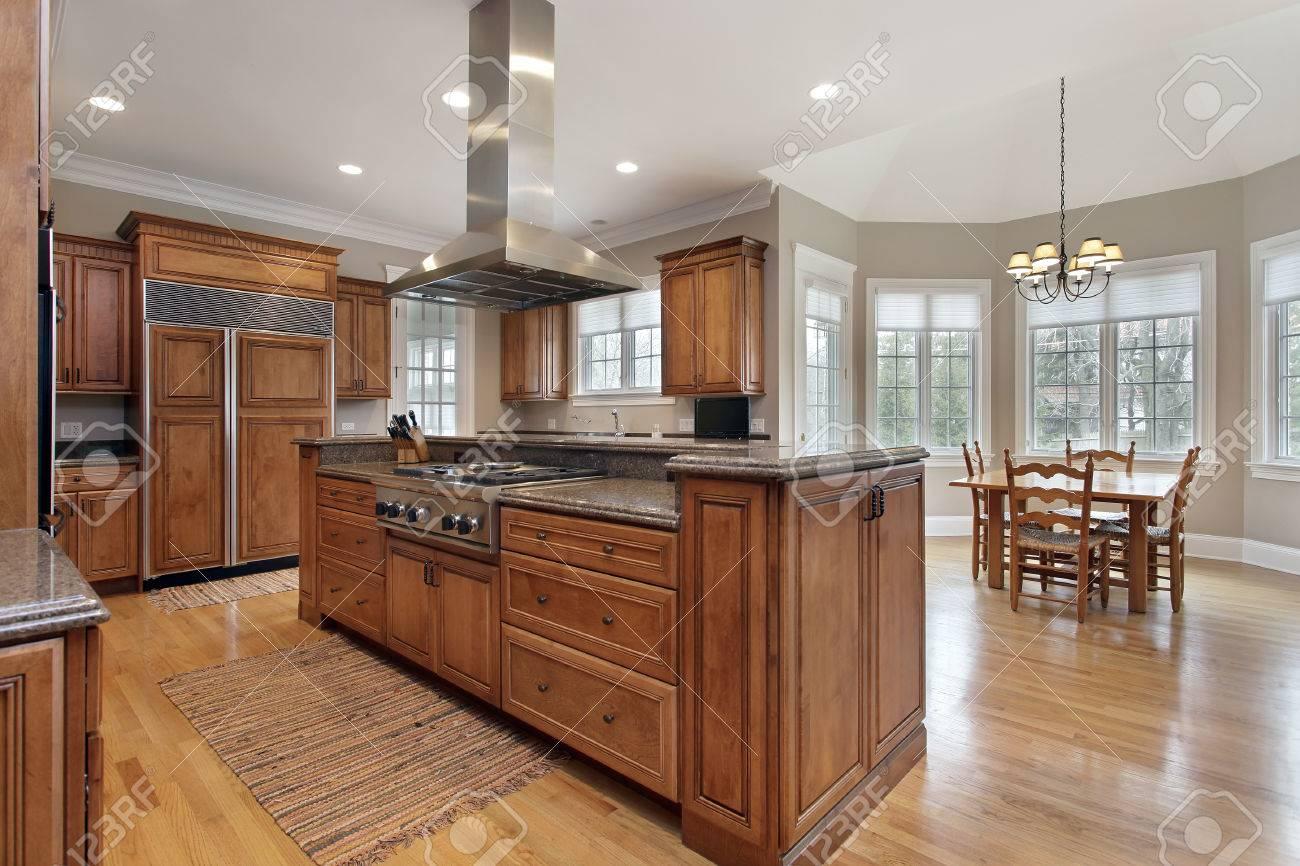 küche im luxus-haus mit holz und granit insel lizenzfreie fotos, Modernes haus