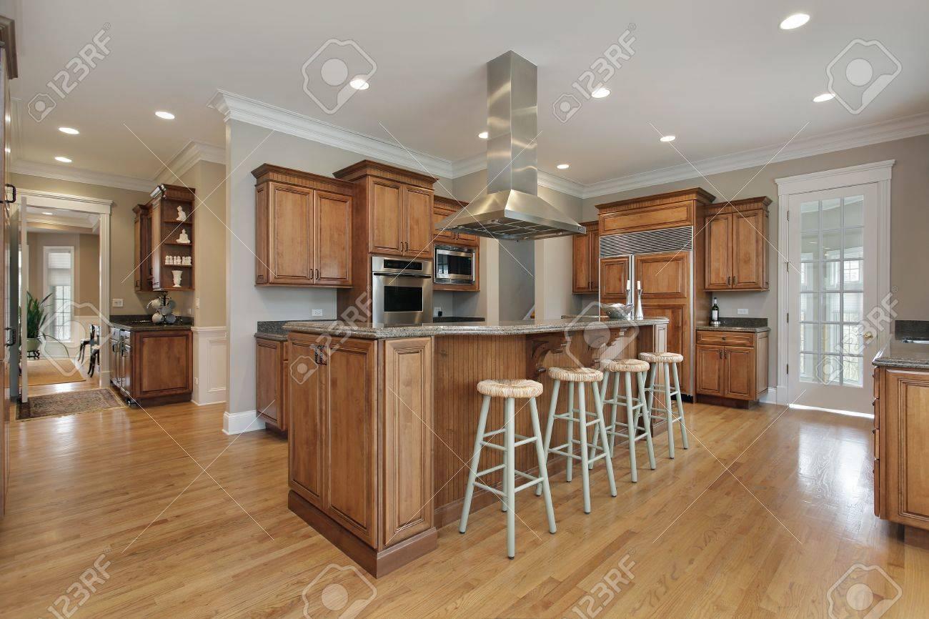 Küche Im Luxus-Haus Mit Holz Und Granit Insel Lizenzfreie Fotos ...