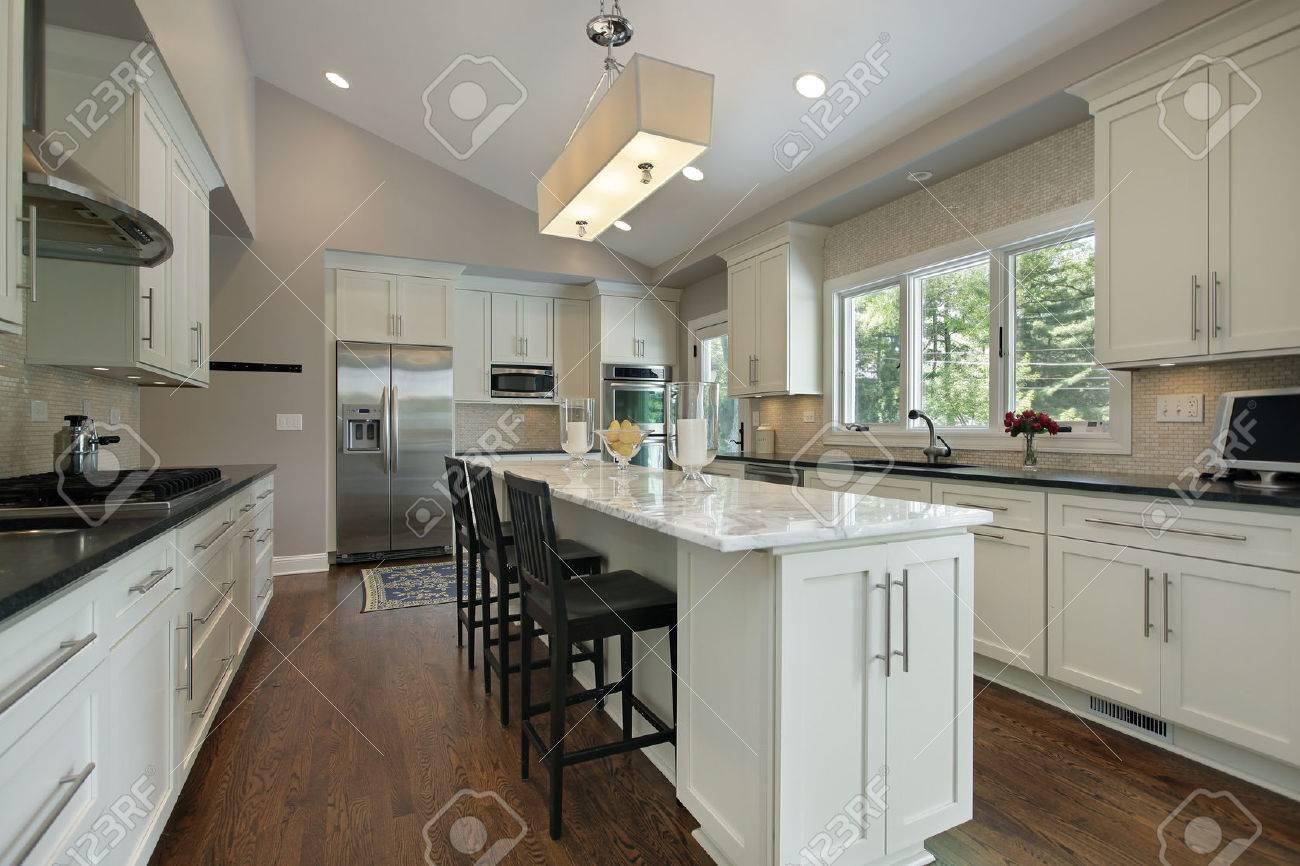 Küche In Luxusvilla Mit Granit-Insel Lizenzfreie Fotos, Bilder Und ...