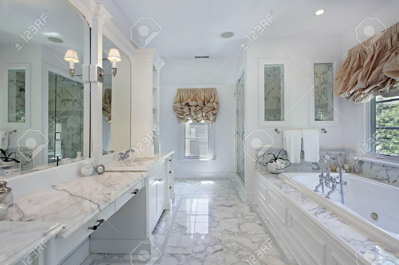 Master Bad In Luxus Haus Mit Marmor Zähler Standard Bild   33458675