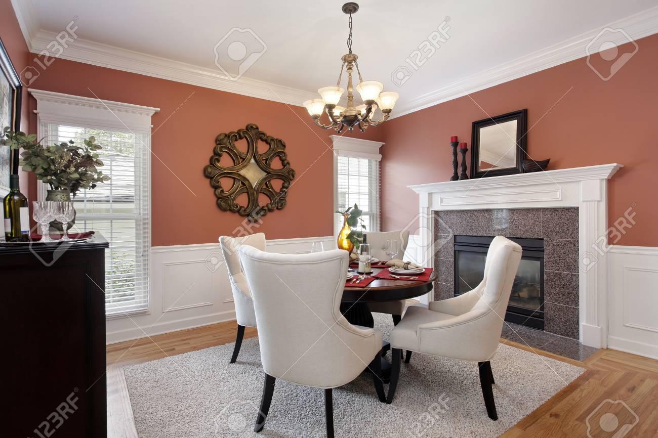 banque dimages salle manger avec des murs orange et une chemine en marbre