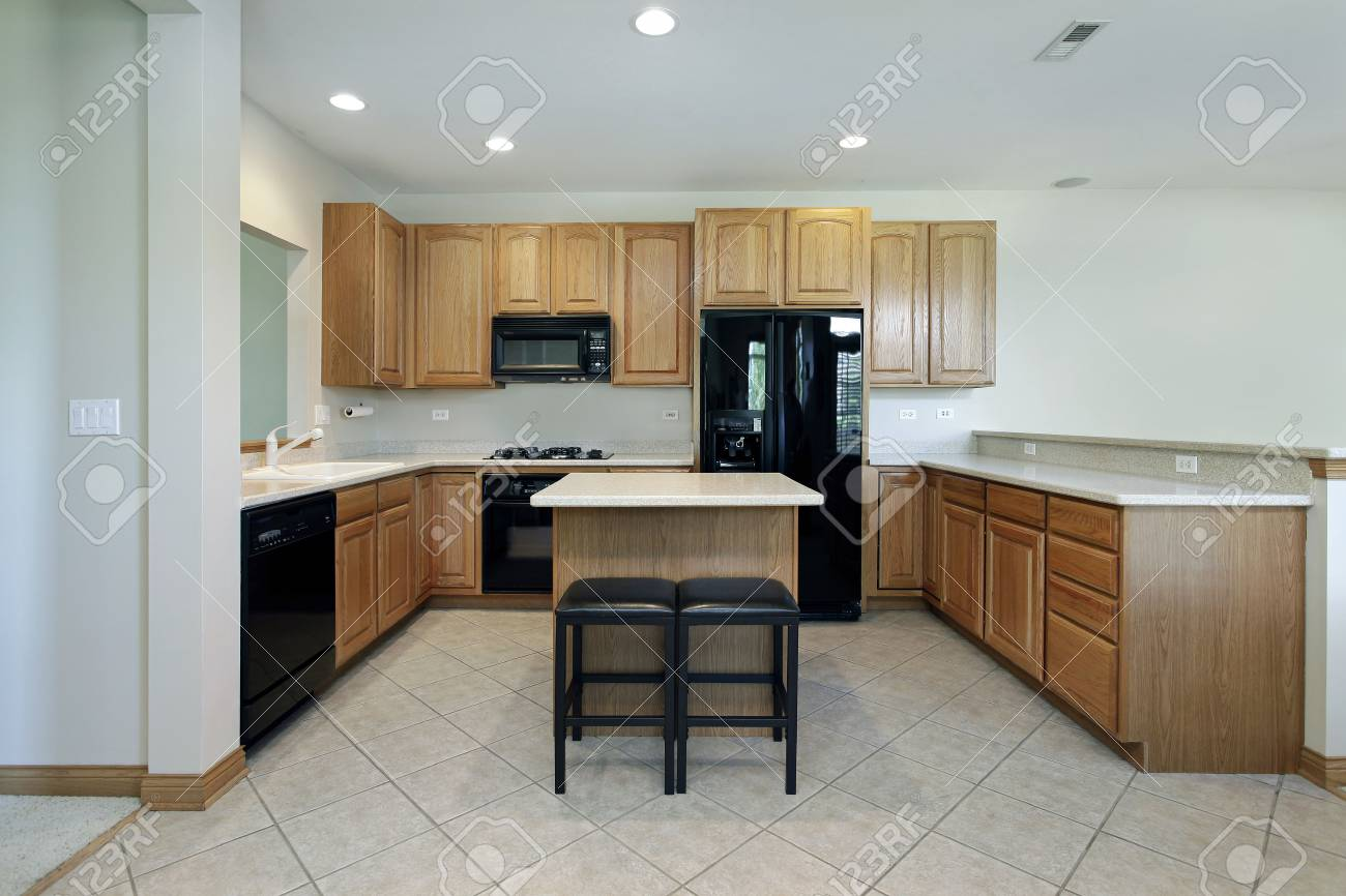 Cucina in casa subrban con mobili in legno di quercia e isola