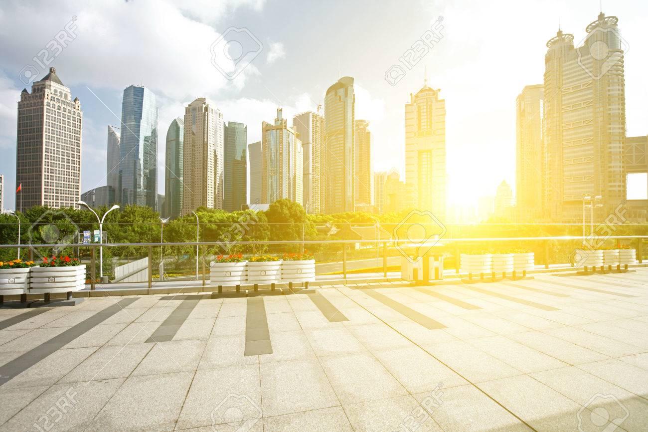 Immeuble de bureaux que le fond le point de repère de shanghai en
