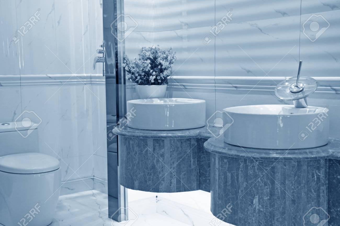 Aseo Y Cuarto De Baño Con Ducha De Lluvia Fotos, Retratos, Imágenes ...