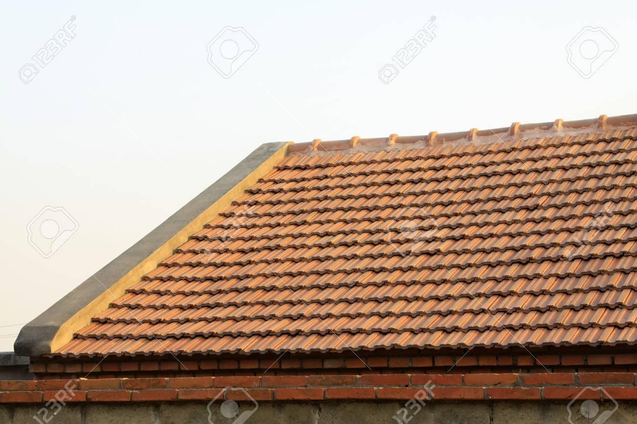 Piastrelle marroni sul tetto primo piano di foto foto royalty