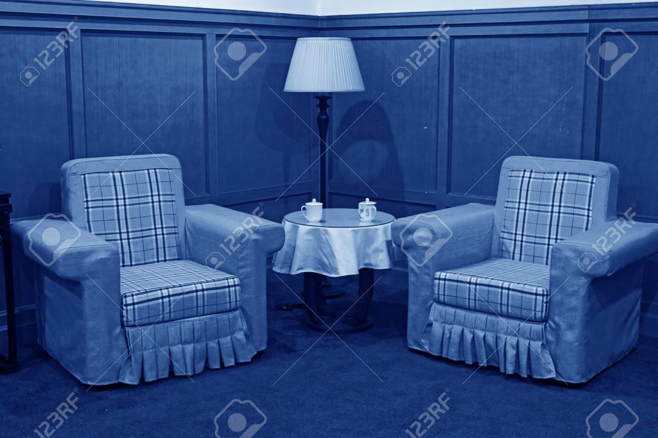 Canapé table basse et lampe de bureau dans le salon dans un hôtel
