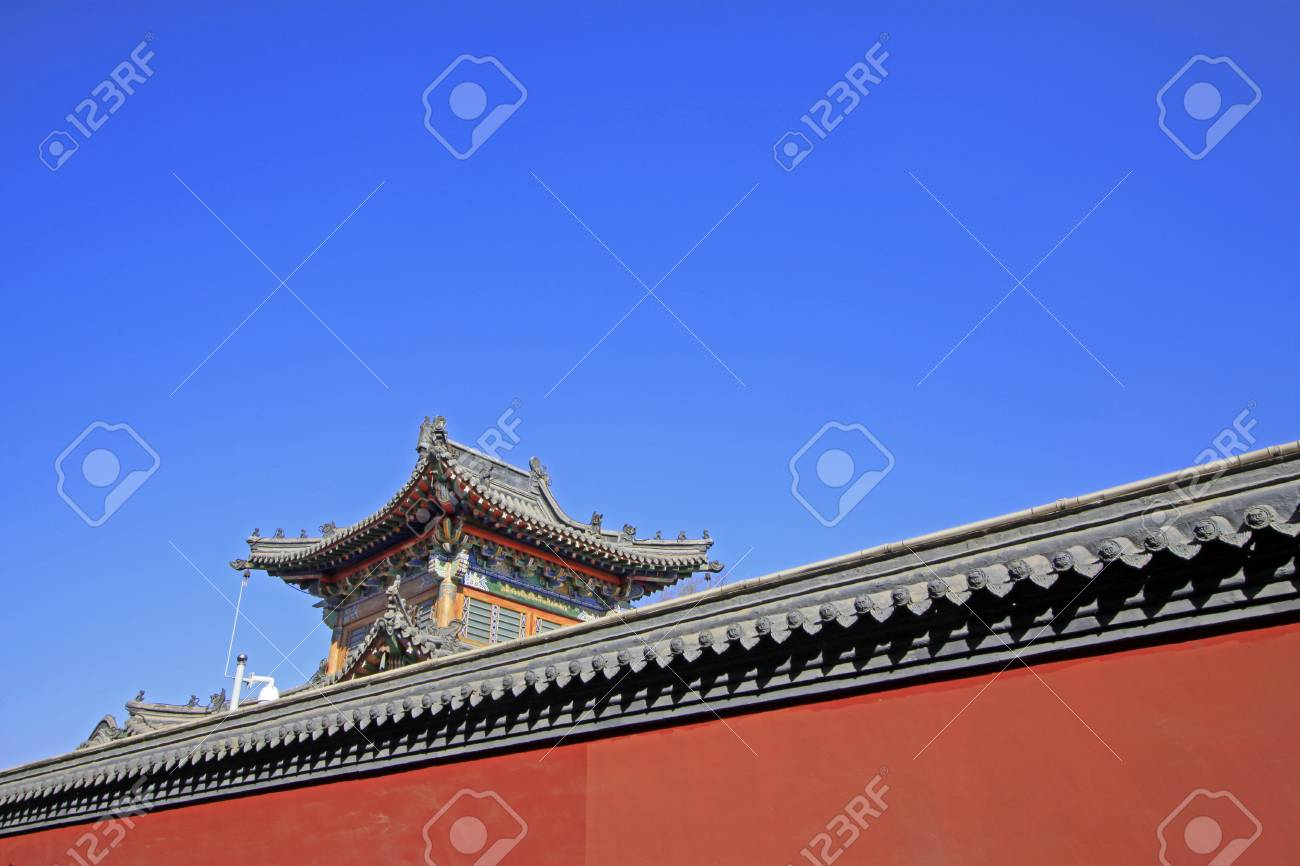 Pareti Grigie E Rosse : Tetto grigio e pareti rosse nel tempio della pagoda di cinque