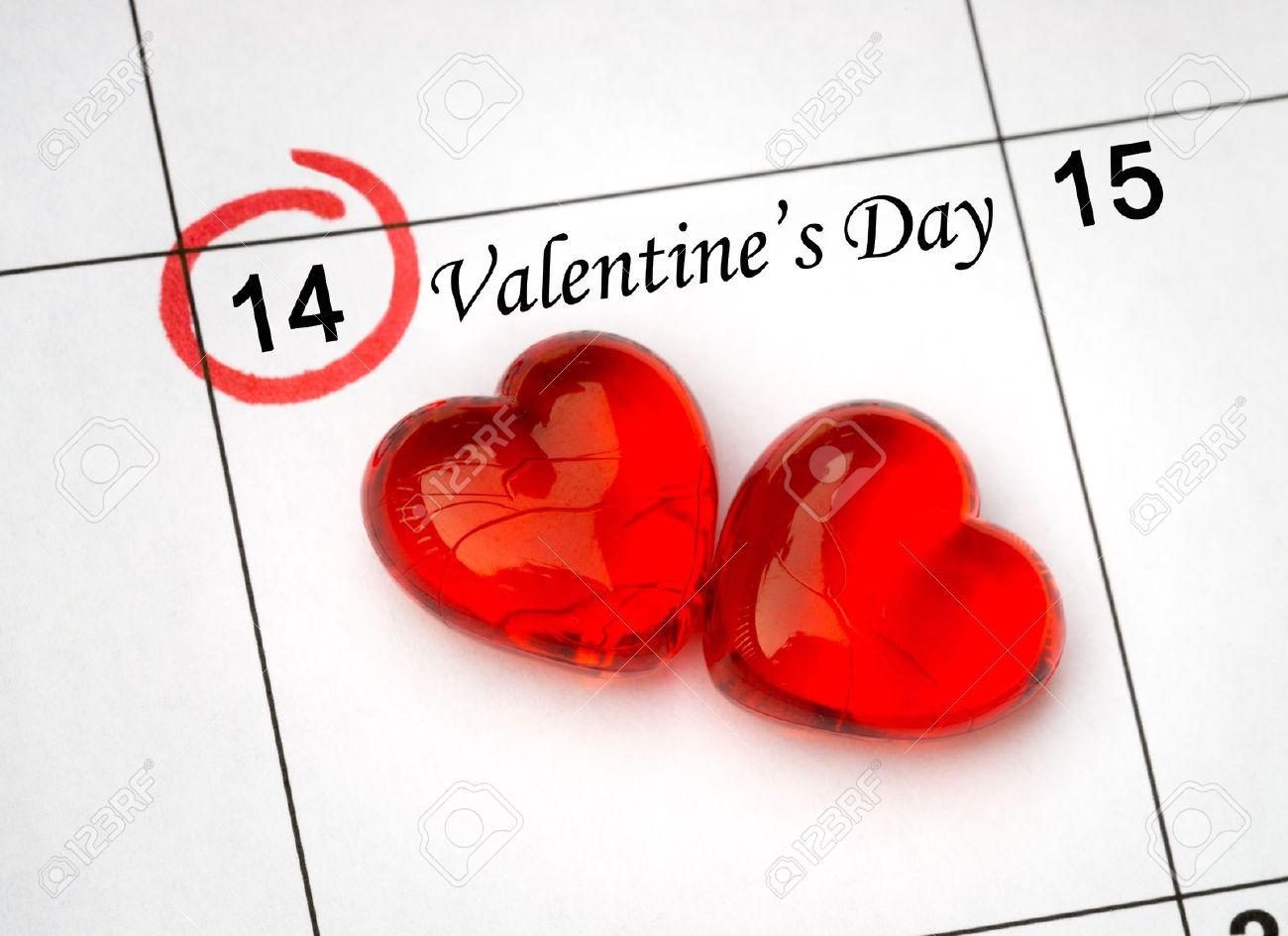 2 月 14 日、聖バレンタインの日の赤いハート カレンダー ページ の ...