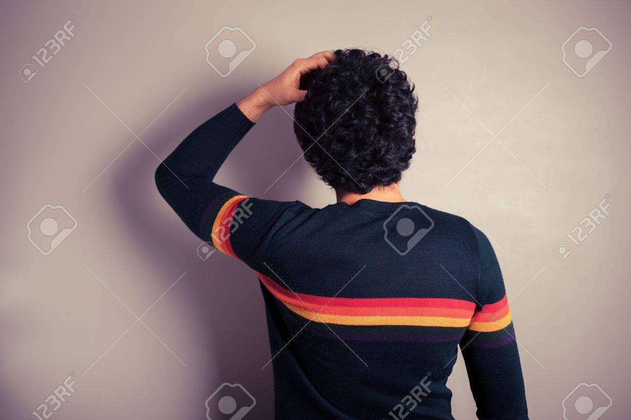 若い男は 混乱で頭をかく の写真素材 画像素材 Image
