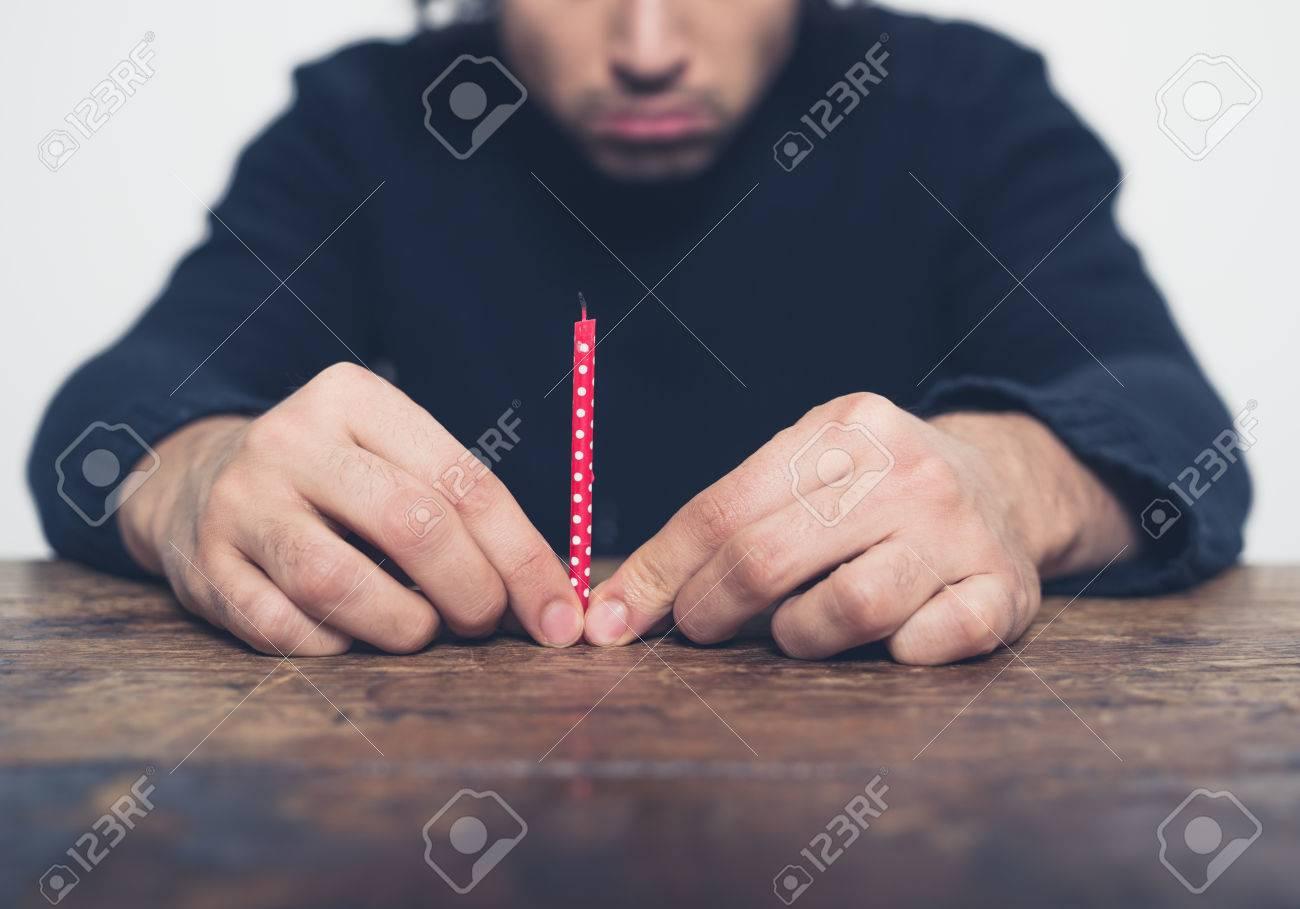 Tavolo Compleanno Uomo : Immagini stock un giovane uomo triste è seduto a un tavolo con