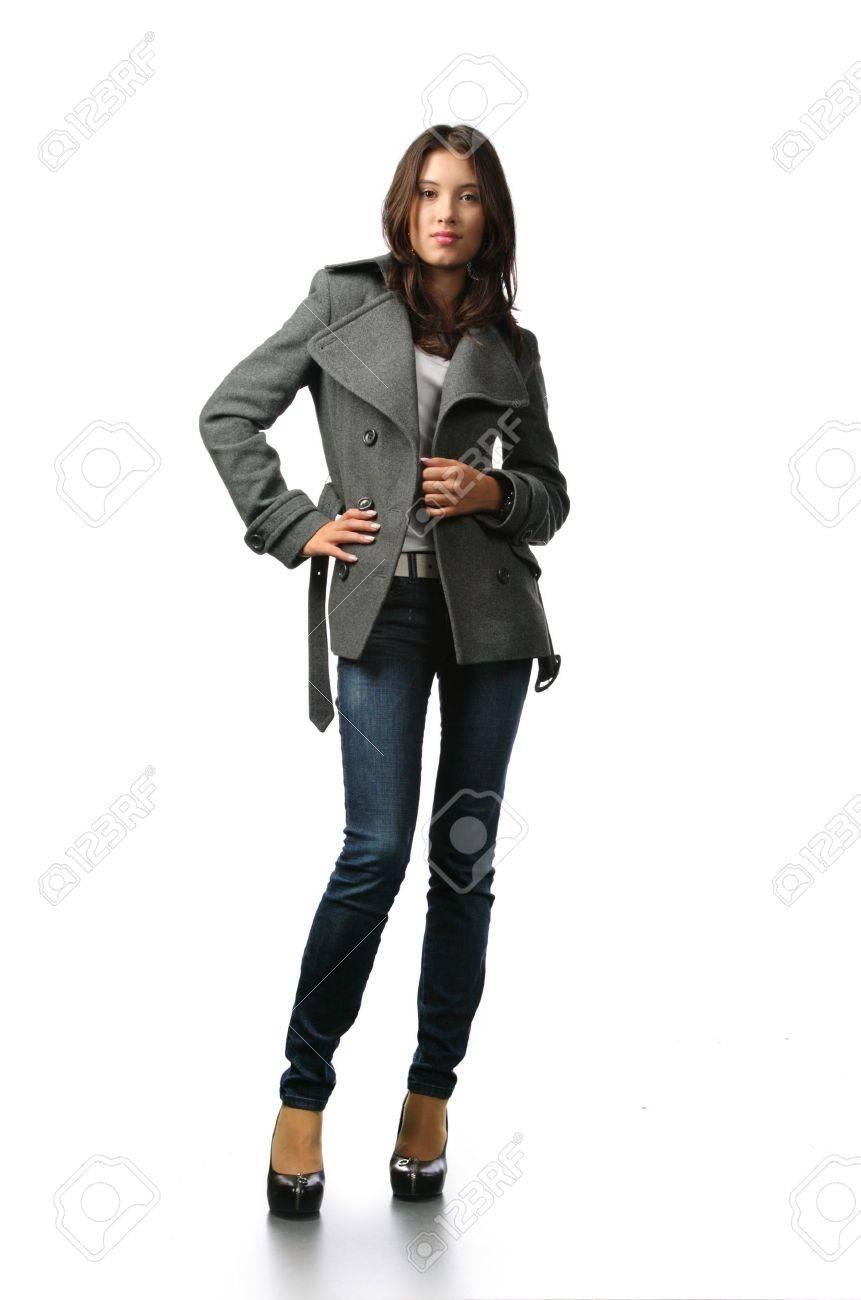 2d2e301c2 Modelo de hermoso de moda en ropa de otoño aislados sobre fondo blanco