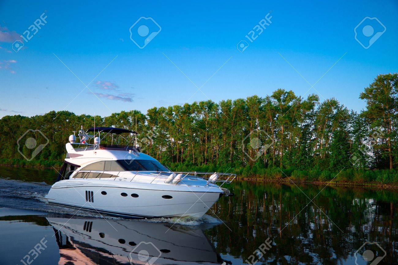 Pleasure boat floats in the evening on the river Volga Standard-Bild - 14753240