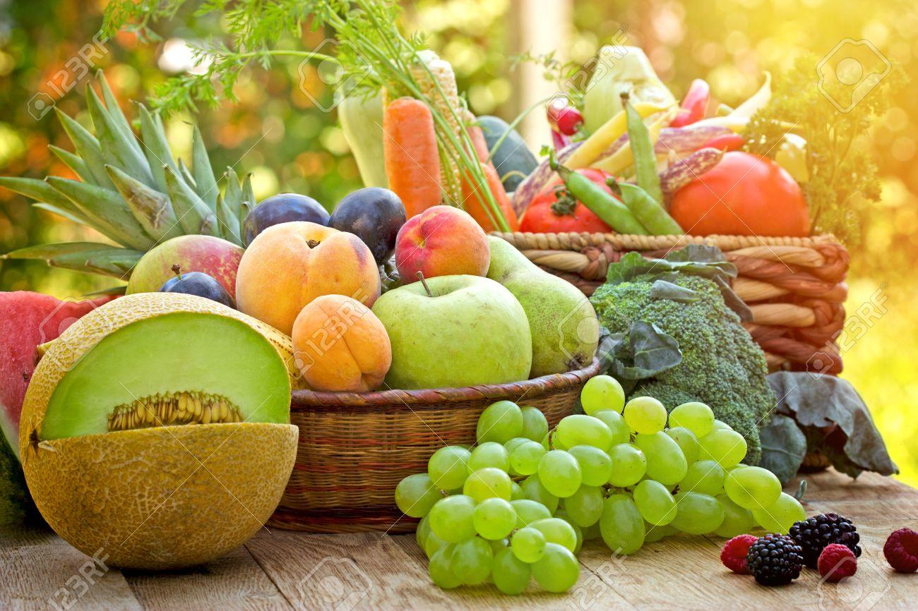49ac39a8fa Gesunde Ernährung, gesunde Ernährung - frische Bio-Obst und Gemüse  Standard-Bild -
