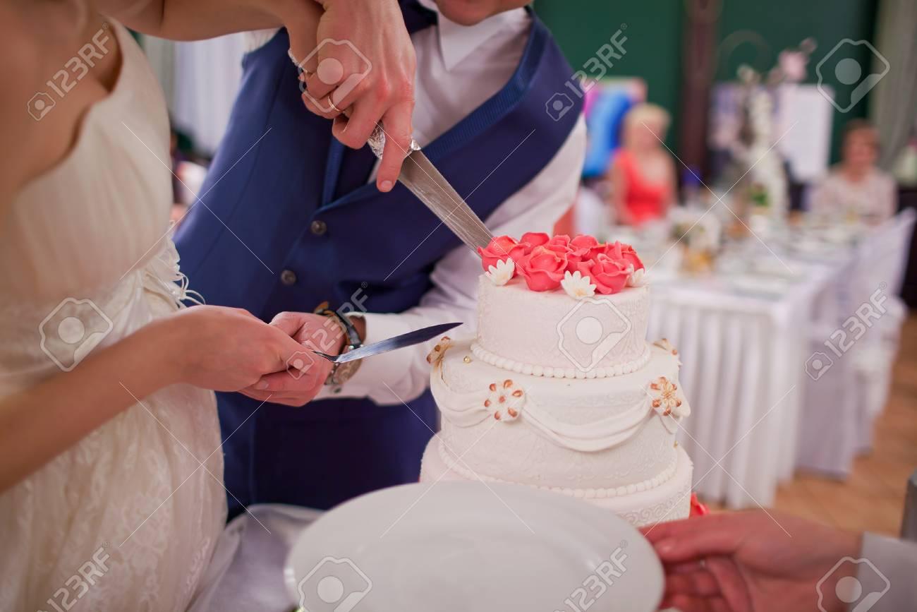 Die Braut Und Brautigam Anschneiden Der Hochzeitstorte Lizenzfreie