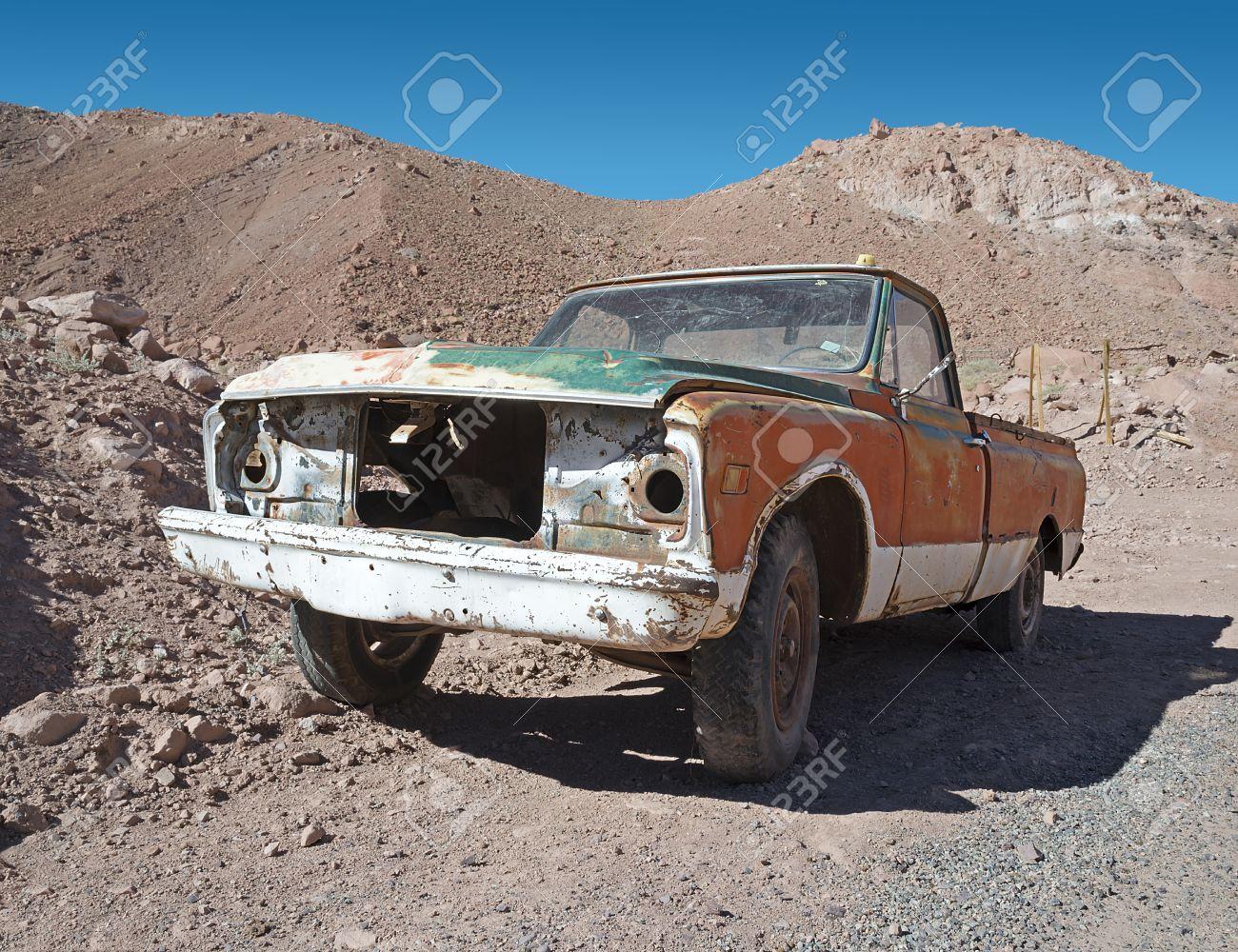 Rahmen Der Alten Rostigen Verlassenen Auto Verlassen In Der Wüste ...