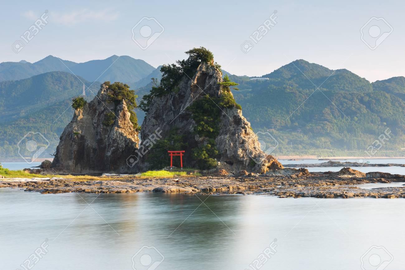 Petite île Japonaise Avec Une Porte Rouge Torii Le But Dun Torii