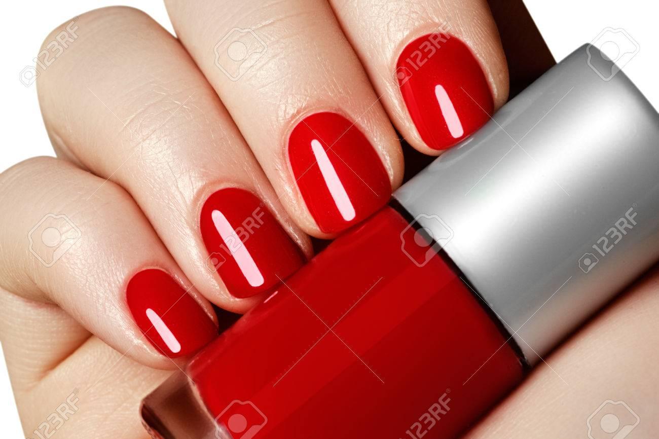 Manicura Manos De La Mujer Hermosa Manicura Con Esmalte De Uñas Rojo Botella De Uñas De Color Rojo Polishtrendy Uñas