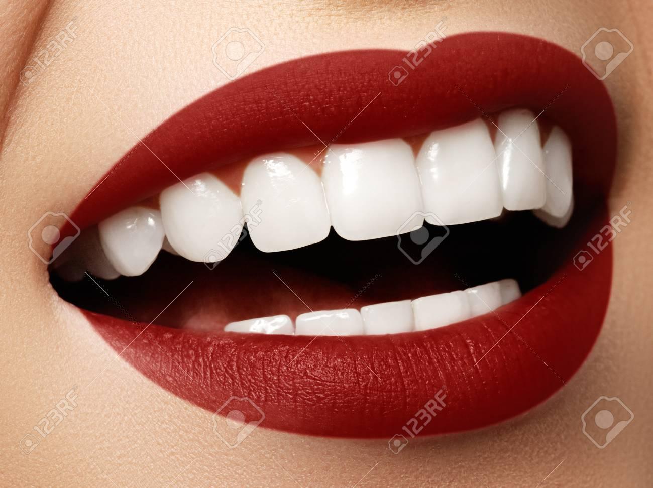 Les Soins Dentaires Et De Blanchiment Des Dents. Stomatologie Et De Soins  De Beauté. Femme Souriante Avec De Grandes Dents. Sourire Femme Gaie Avec  La Peau ... 637b6d79d183