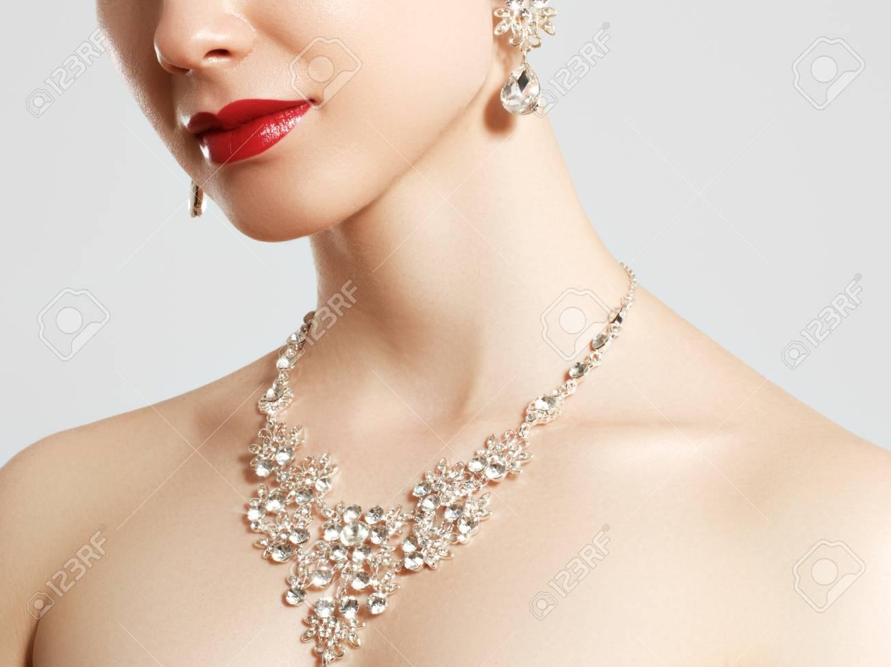 Élégante Femme Bijoux Colliers avec Boucle D/'Oreilles Pendentifs Accessoires