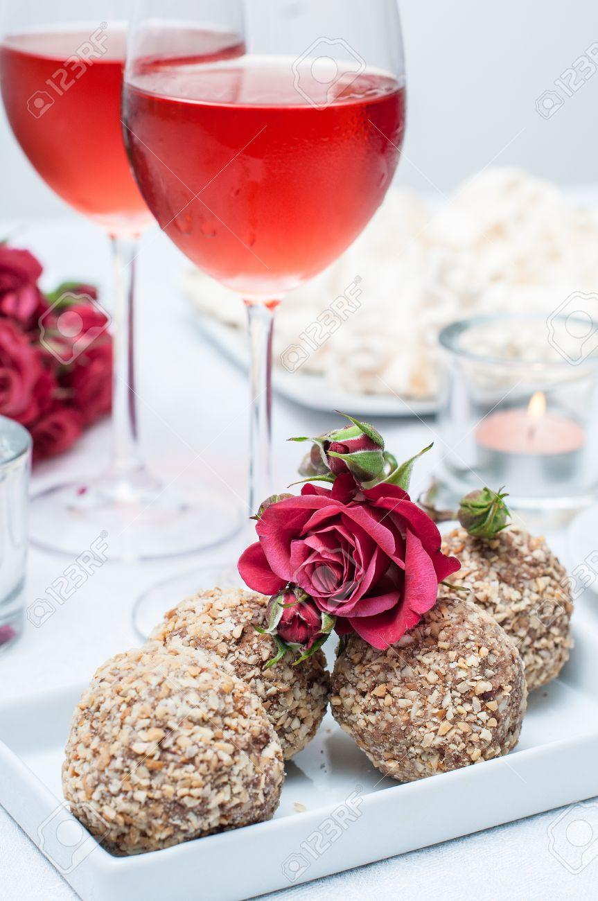 Chocolate, Nuez, Pasteles, Flores Y Vino Rosado En Copas En Una