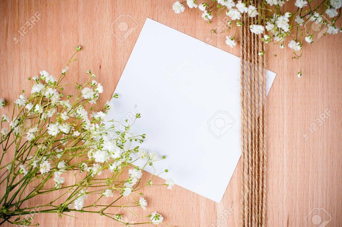 Legno bianco vintage: vintage sfondo a mano con fiori bianchi di ...